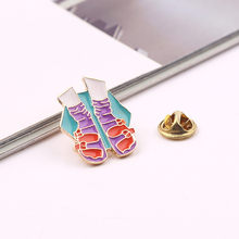 Gadis Tangan Moon Bentuk Enamel Pin Bros Merah Ungu Kerah Pin Meatl Pin Hadiah untuk Wanita Wanita Bendera Perhiasan desain Baru(China)