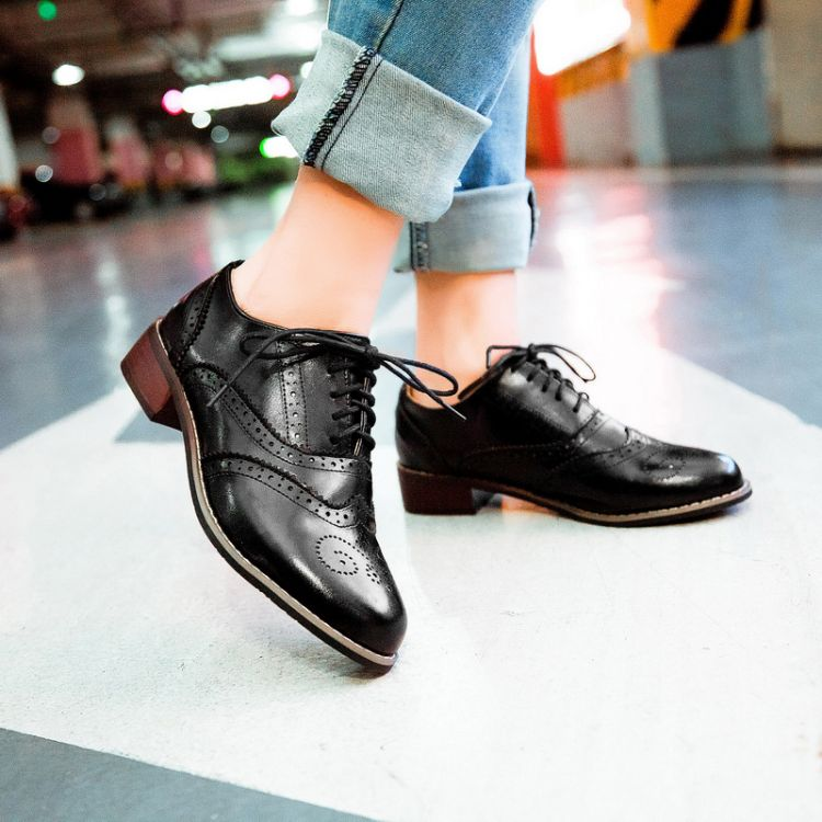 Fashion  Fashion Vintage Leather Black And White Cutout Carved Lace Up Low Heel Oxford Brogue Shoes For Women Flat Casual Shoes