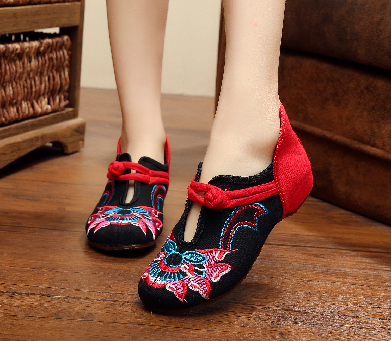 Chinese Style Embroidered Cloth Shoes Woman Shoes Spring Fashion Flat Shoes Women Latin Dancing Shoe For Women Slip On Oxford