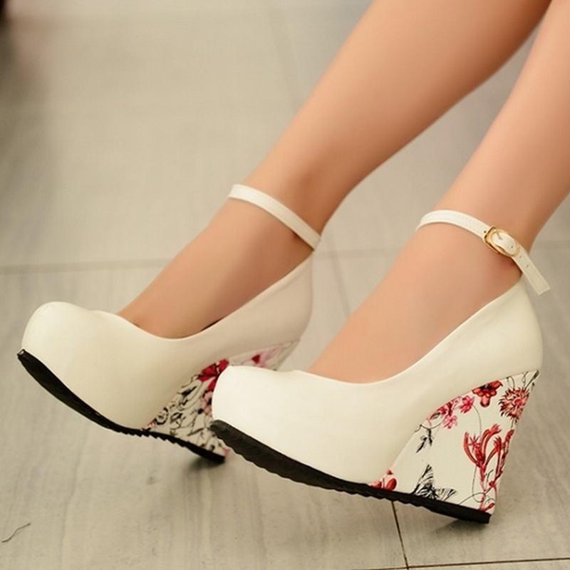 Элегантные туфли на платформе в цветочек фото