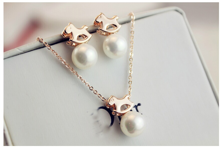 The year horse Jewerly set Korea new hollow small pearl pendant plated gold earrings and necklace(China (Mainland))