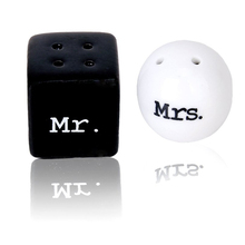 Salt and Pepper Mr. and Mrs. Round and ceramics for Wedding Favours - Black and White(China (Mainland))