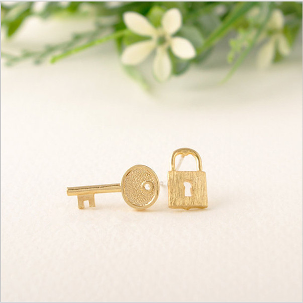 Fashion creative key and lock in combination with stud earrings wholesale free shipping(China (Mainland))