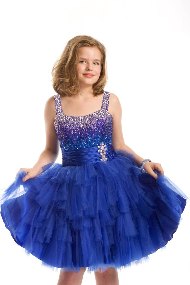 Shopping for girls' dresses online, you will find a range of bubble dresses, fit and flare dresses, gathered dresses, high-low dresses, low waist drop dresses and so much more that you can have a look at to make your little girl look cute and attractive at the next function in the family.