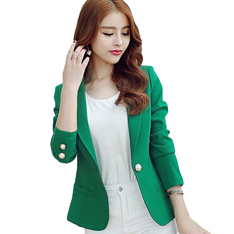 Zu Deinem neuen Wintermantel für Damen solltest Du einfarbige Hosen tragen. Dabei ist es egal, ob Du zu dunklen Tönen greifst, die sich Deinem Mantel anpassen, oder ob Du die farbenfrohe Variante wählst.