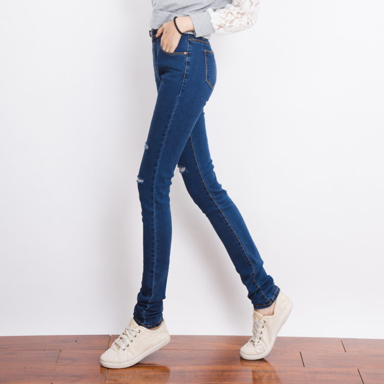 Long Jeans For Women. Long jeans for women aren't cookie cutter. Discover the style or color that calls to you. Want a traditional fit? Try a classic straight leg jean. Opt for the latest trend by drawing the fit in with skinny jeans. For a hint of a retro vibe, fall back on flare jeans.