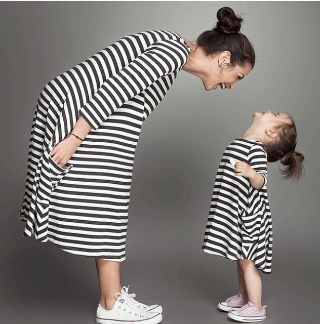 Мода мама и дети пара взглянуть полосой платье семьи соответствующие техники одежда ...