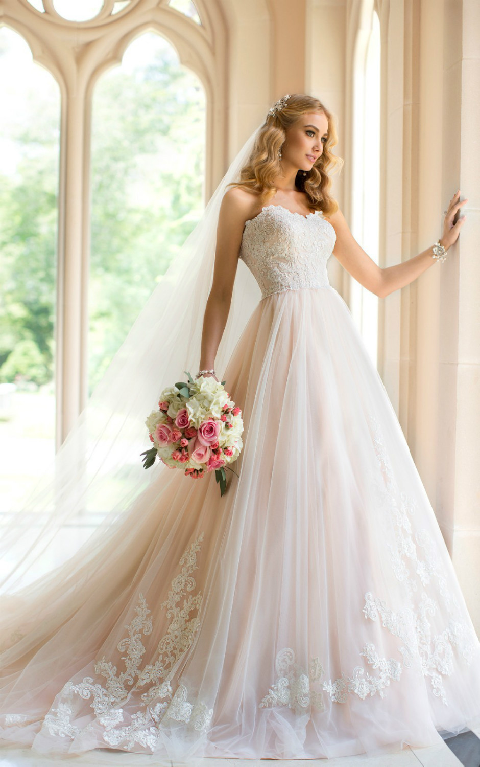 Add a bit of glamorous charm to your big day with this designer wedding dress in Tulle and Lace from the Stella York collection(China (Mainland))