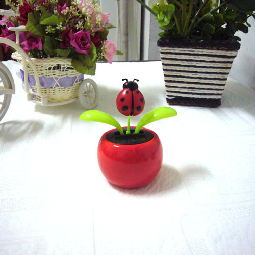 Free Shipping Swing Ceaselessly No Battery Under Full Light Lady Bug Top Novelty Car Decoration Flip Flap Solar Flower(China (Mainland))