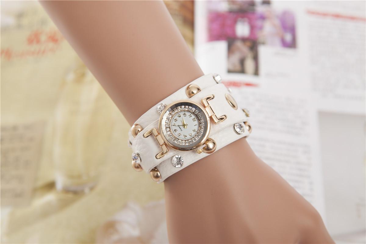 Часы кварцевые женские в стиле панк белые. фото