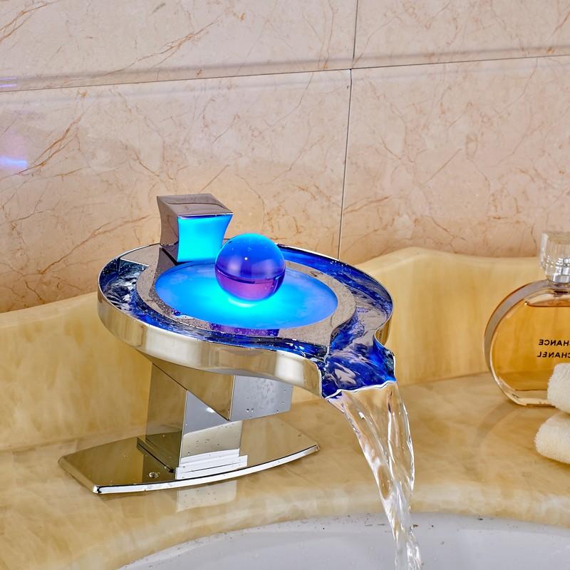Купить Светодиодные Ванной Кран Латунь Хромированная Водопад Мойки Смесители Бассейна 3 Цветов Изменение Светодиодные Кран Воды Powered Бассейна Смесители