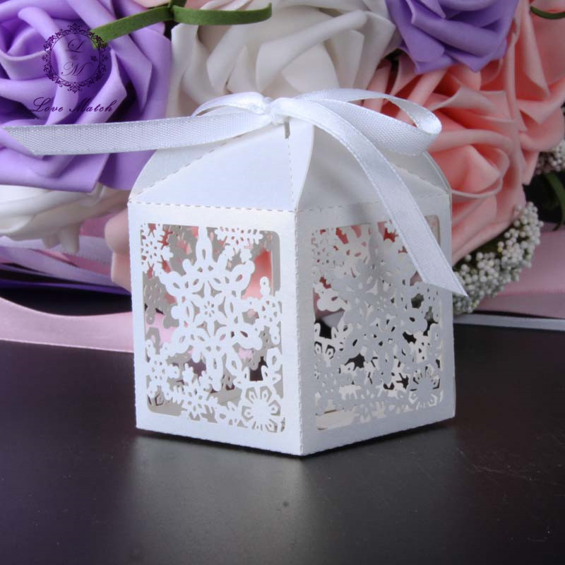 50pcs wedding favor box gift box Snowflake laser cut christmas candy box chocolate box Birthday party supplies wedding decor(China (Mainland))
