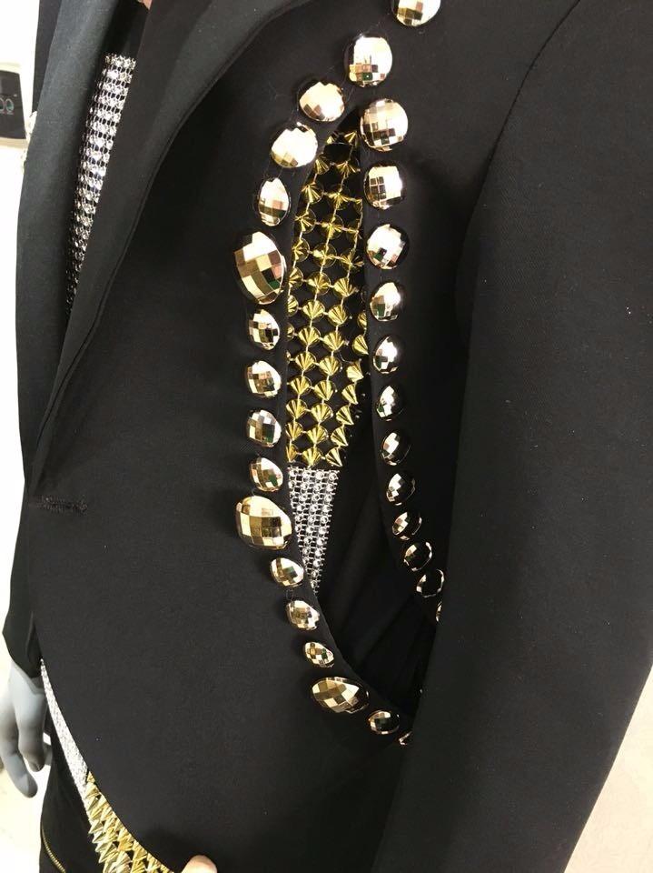 HTB1UVd.LpXXXXXYapXXq6xXFXXXn - Fashion Black Men's Slim Casual Suits Set Male Rhinestone Rivets Stage Performance Blazers Nightclub Singer Jazz Prom Costumes