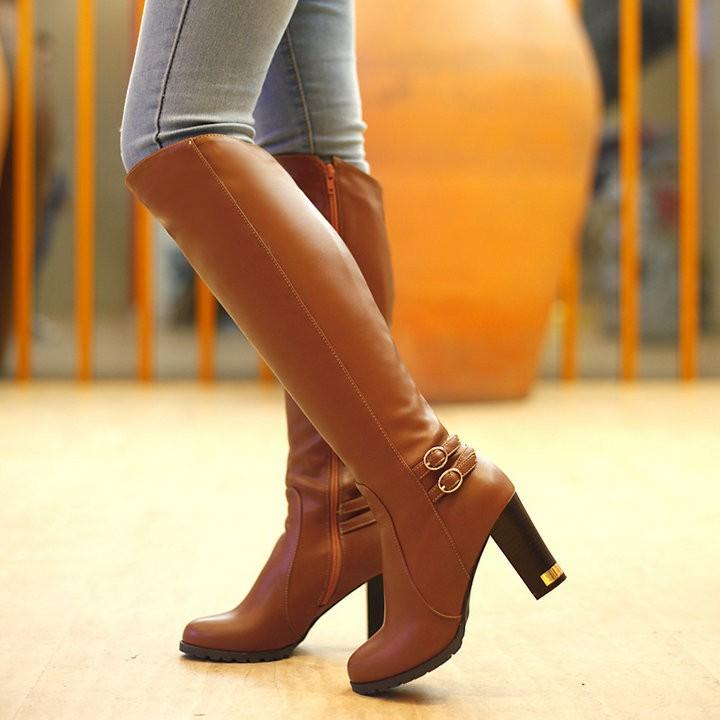 Женские модные сапоги по колено с пряжками. фото