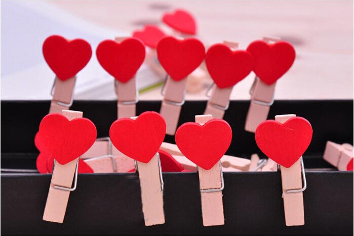 100 pcs Red Mini Hearts Wooden Pegs Photo Clips Wedding Party Room Decor Craft Gifts(China (Mainland))