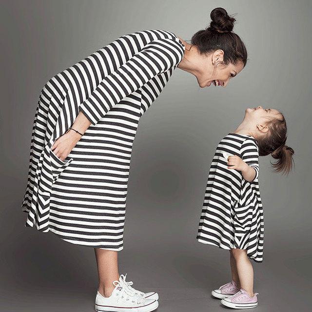 Семьи соответствующие наряды девочка и мама женщины платье весна девушка малышей ...