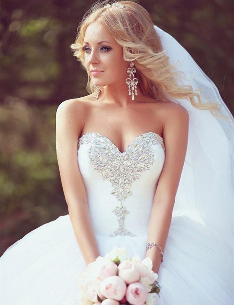 Красивые невест в пышных платьях