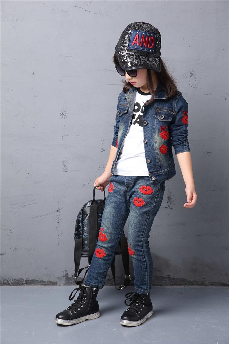 Скидки на Весна осень Стиль Девушки Красные губы дети комплект одежды Джинсовой куртке + Жан пант 2 шт. набор Для Детей носить 2 4 6 8 10 12 Года