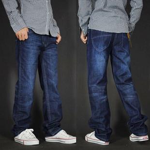 Мужчины в деним брюки свободного покроя вилочная часть брюки