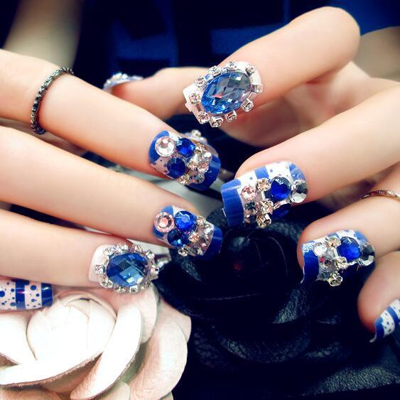 Фото ногтей синего цвета со стразами на