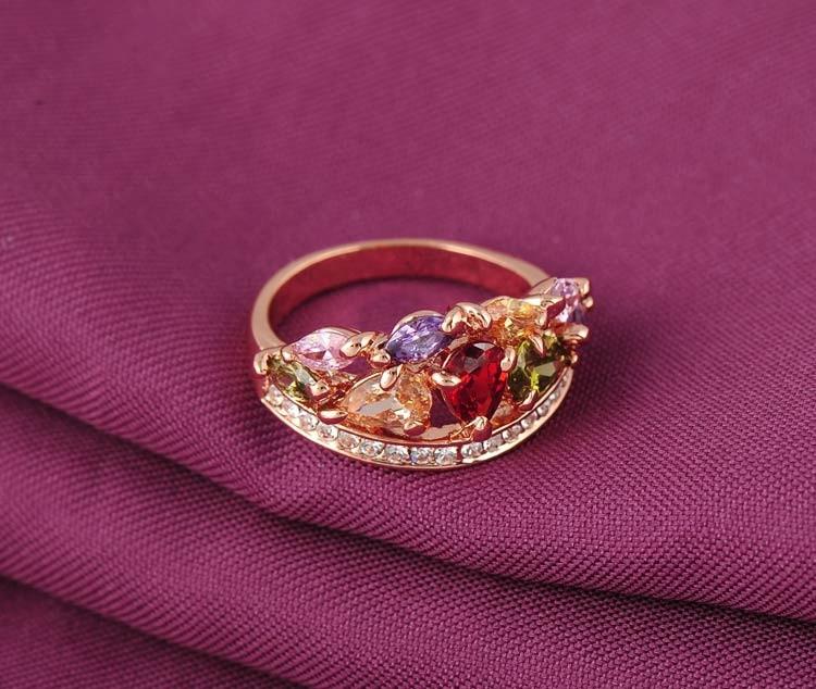 Кольцо многоцветное с цирконами позолоченное. фото