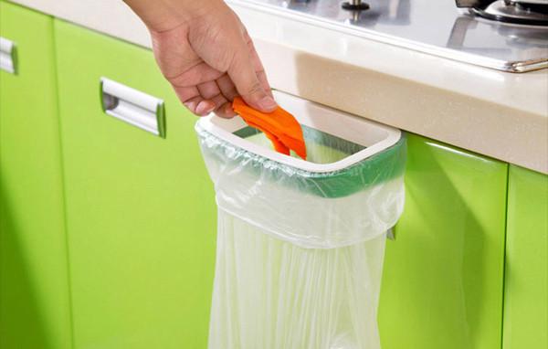 Держатель для мусорных пакетов! Просто повесьте его на дверцу кухонного шкафчика и используйте любой пакет из магазина для мусора.