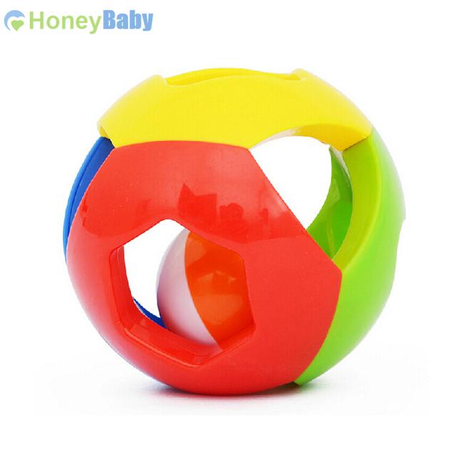 Красочный игрушечный мяч для маленьких детей с отверстиями и колокольчиками внутри