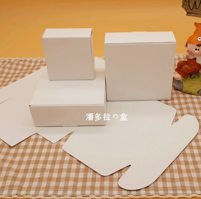 Size:9.5*9.5*3.5cm, craft paper candy box , paper gift card box , cheap wedding cake boxes(China (Mainland))