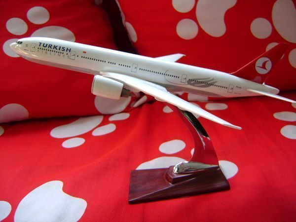 Shipping model plane B-777 Turkey Airlines Boeing 777 aircraft model Turkey model resin 32cm Model plane(China (Mainland))
