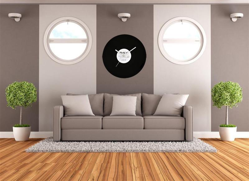 Klok woonkamer woonkamer in olijf kleur er is een witte bank een