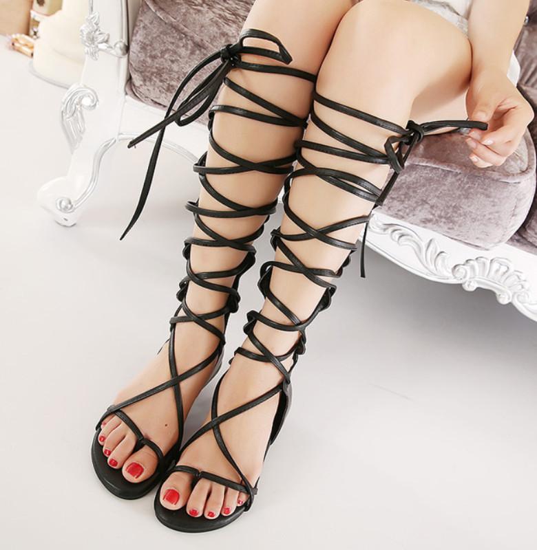 Sandal biasanya berbentuk flat dan bertali.