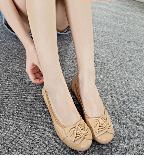 Mulheres sapatos baixos 2015 temporada idade fêmea idoso mãe couro sapatos antiderrapantes de sola macia(China (Mainland))