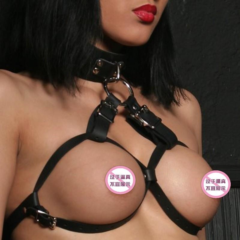 Bikini en cuir noir à gros seins