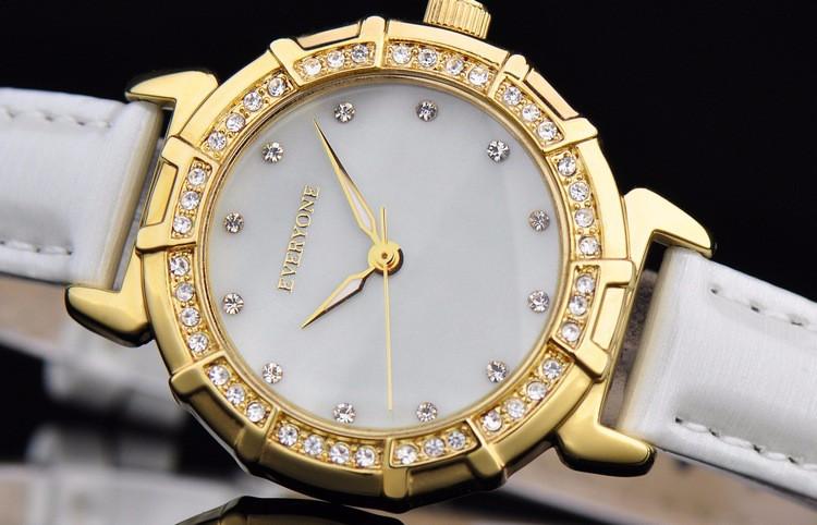 Мода Женщин смотреть люксовый бренд светящиеся водонепроницаемый моды алмазов оболочки ультра-тонкий женский кварц натуральная кожа смотреть женщины