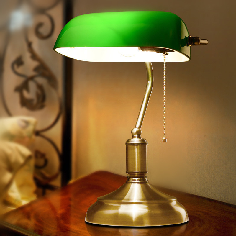 Table Lamp on Table Lampe de Table Vintage Old