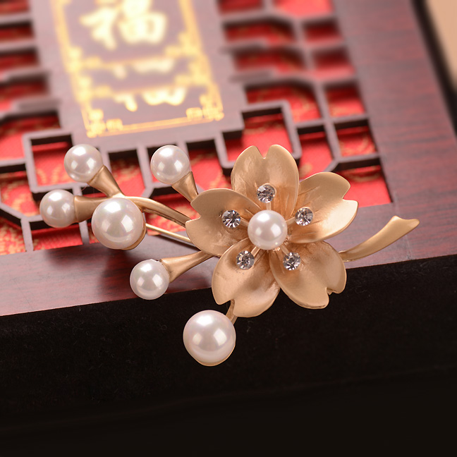 Matt Golden Plum Blossom Brooch Retro Costume Brooches Women Dresses Jewelry Accessories(China (Mainland))
