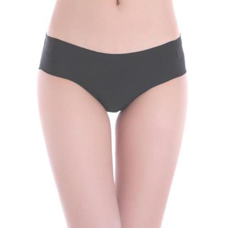 Een string is een hoog uitgesneden slip die de billen vrij laat. Doordat je op de billen geen ondergoed draagt, tekent het dus ook niet af onder je kleding. Je ziet als het ware een T-vorm.