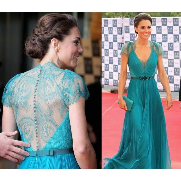 Des mèches plaquées et Kate Middleton en robe de soirée longue verte