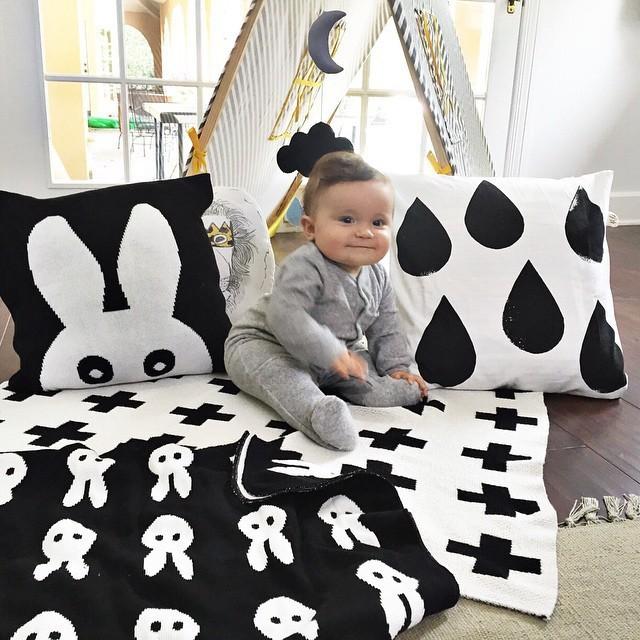 Baby Blanket Black White Cute Rabbit Swan Cross Knitted Plaid For Bed Sofa Cobertores Mantas BedSpread Bath Towels Play Mat Gift(China (Mainland))