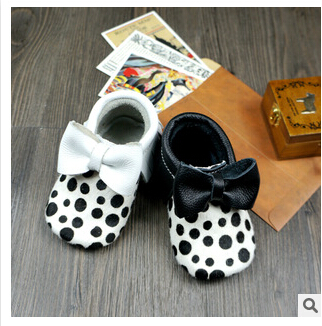 New black polka dots Baby Moccasins Genuine Leather Soft Moccs Baby Shoes Newborn first walkers Anti-slip Infant Shoes Footwear(China (Mainland))
