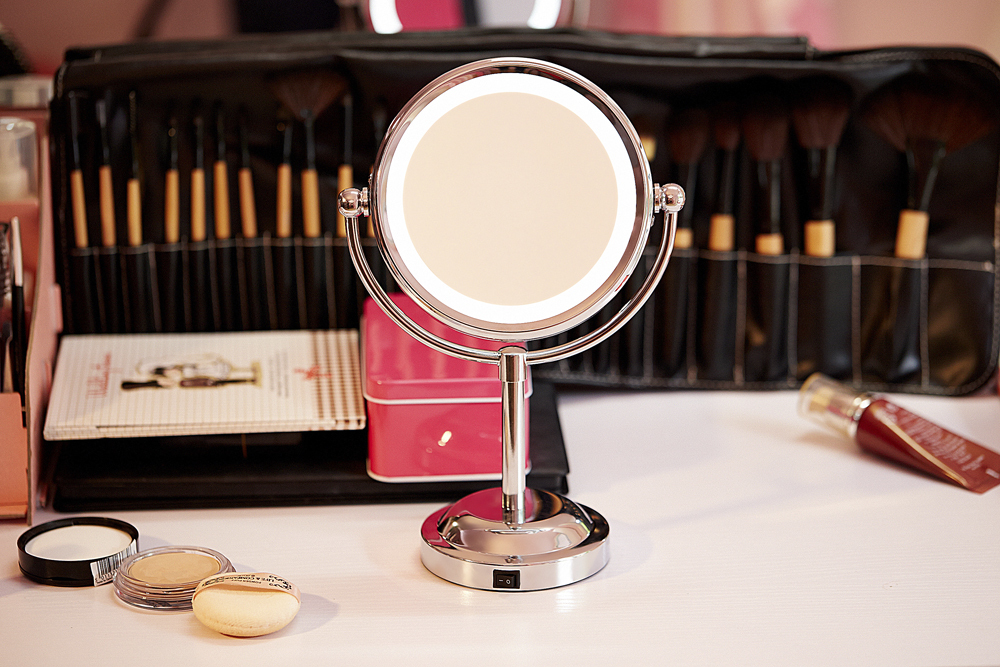 Hot Sale New Style 6 Inch Led Cosmetic Mirror with Light Use 3 pcs AA Battery Makeup Mirror with Light Free Shipping(China (Mainland))