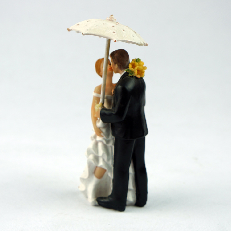Creative Romantic Rainy Day Wedding Marriage Polyresin Figurine Wedding Cake Toppers Resin Decor Lover Gift(China (Mainland))