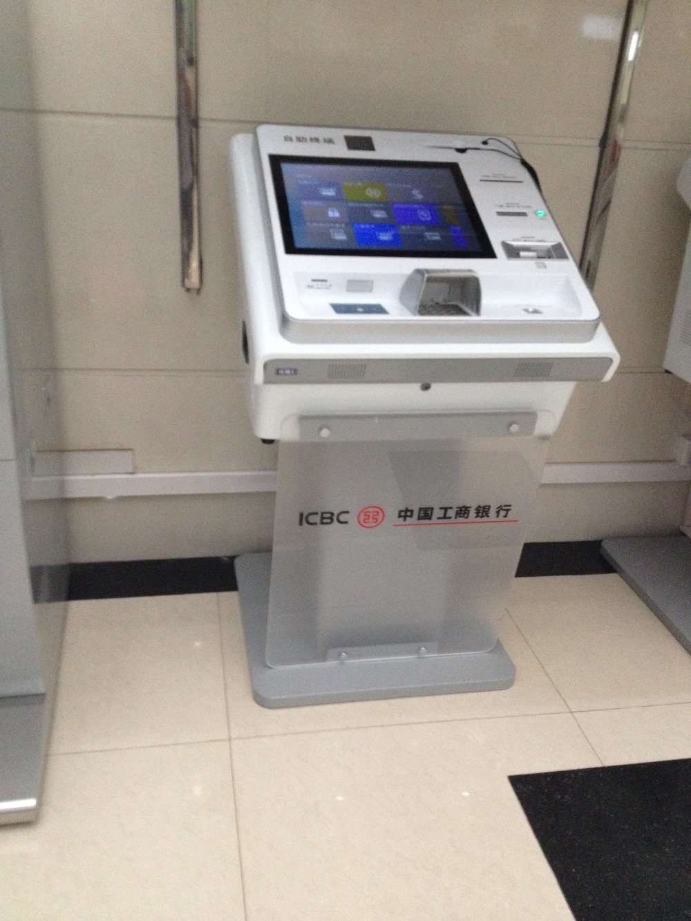 Custom HD LCD self service card issuing machine Automatic issuance card smart banking terminal kiosk(China (Mainland))