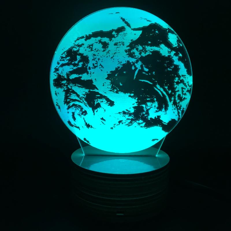 Das Plexiglas erweckt den Anschein eines Lampenschirms