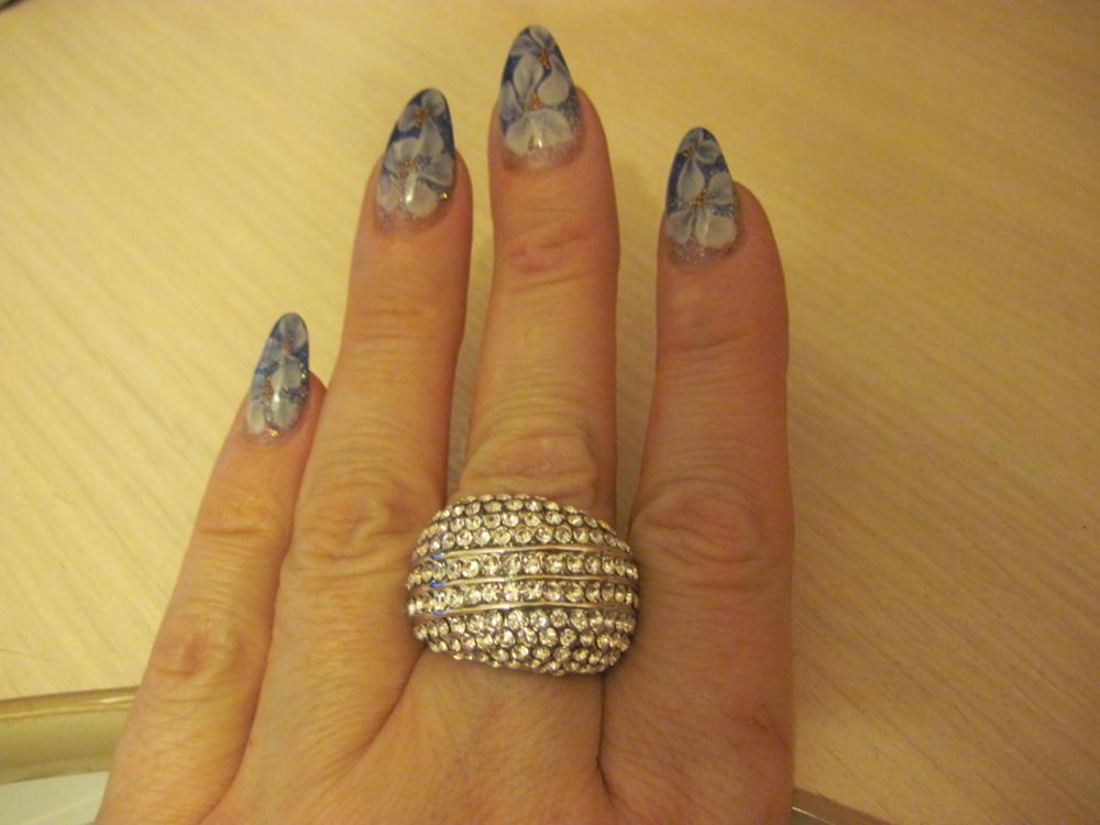 Заказываю уже второе такое  кольцо у этого продавца фото не передаёт как камешки сверкают просто супер в живую в 100 раз лучше доставка в Барнаул  в течении полтора месяца.