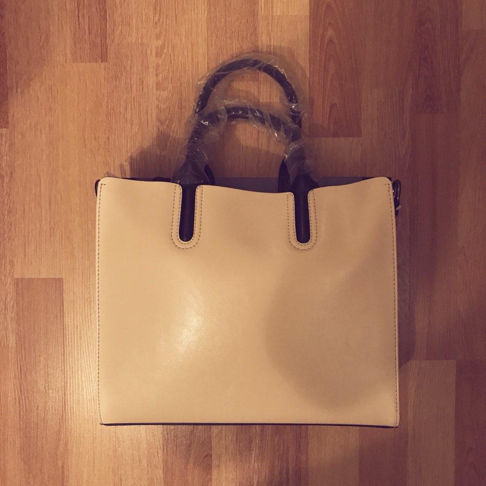 Очень классная сумка. Стильная. Кожаная. Удобная. В подарок зеркальце положили.