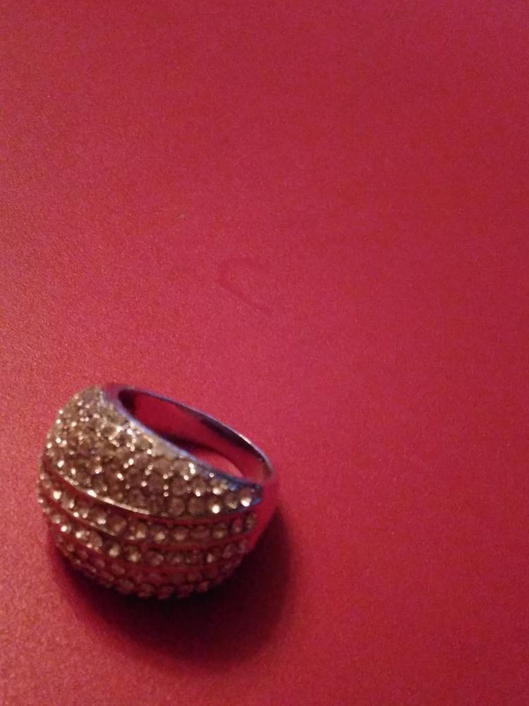 Шикарное крупное кольцо , пришло быстро. Получала на почте. Немного великовато  , но размеру соответствует, просто я  заказала побольше.Рекомендую.
