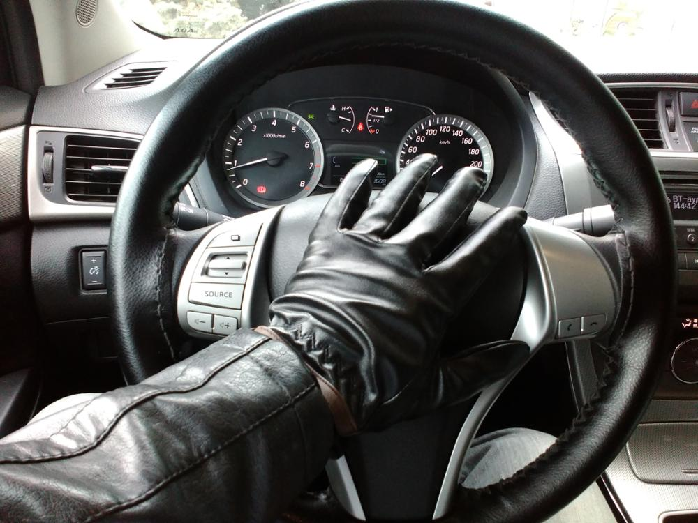 С виду хорошие перчатки из качественного кожзама. На руке сидят отлично. Сколько прослужат покажет время. Цена - качество. Продавцу спасибо!